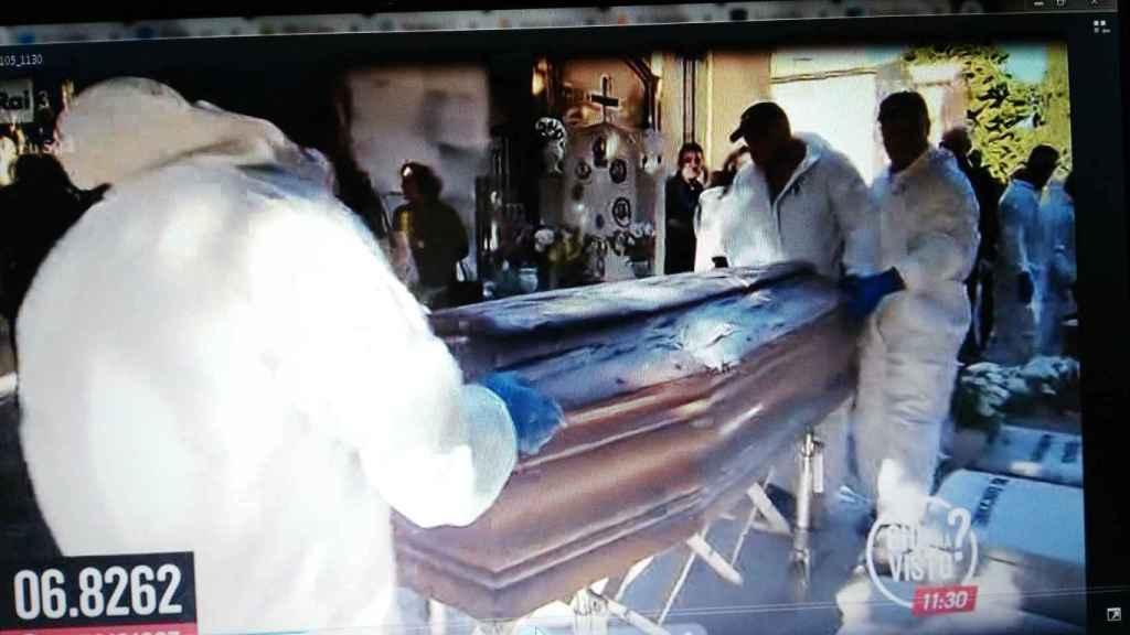 Momento en que exhumaban el cuerpo de Mario Biondo en el cementerio de Sant'Orsola.