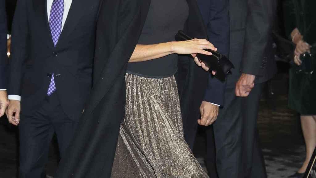La reina Letizia con abrigo oversize por encima de los hombros.