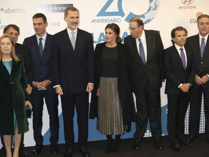 Los reyes junto al presidente del Gobierno, Pedro Sánchez, y la presidenta del Congreso, Ana Pastor.