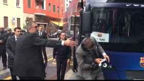 El golpe de Gerard Piqué contra un autobús a su llegada a Milán