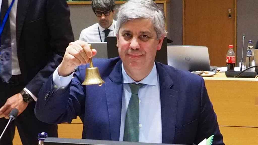 El presidente del Eurogrupo, Mário Centeno, usa la campana para dar comienzo a la reunión