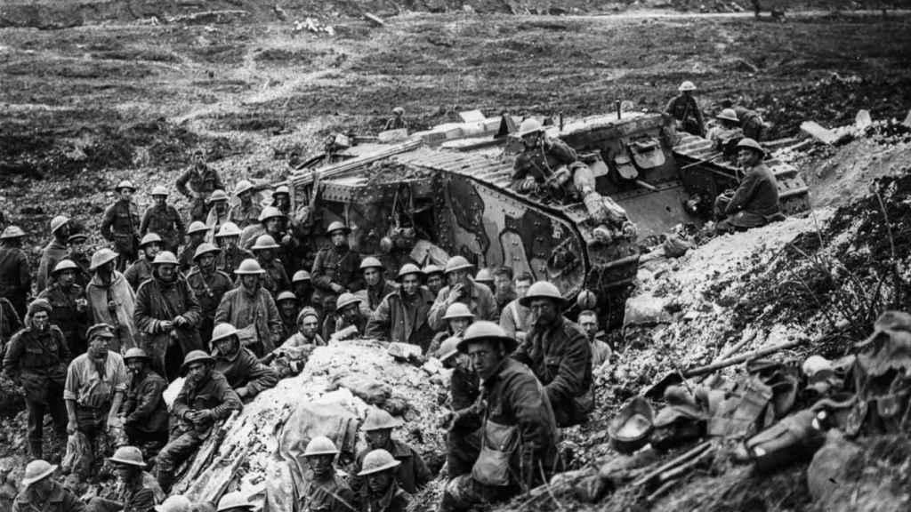 Un grupo de soldados se reúne en torno al Mark I, el primer tanque de la historia.