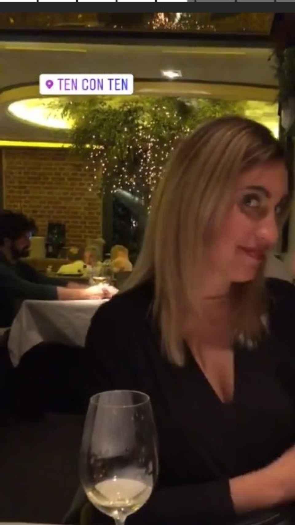 Una clienta del restaurante con Miguel Ángel Muñoz de fondo.