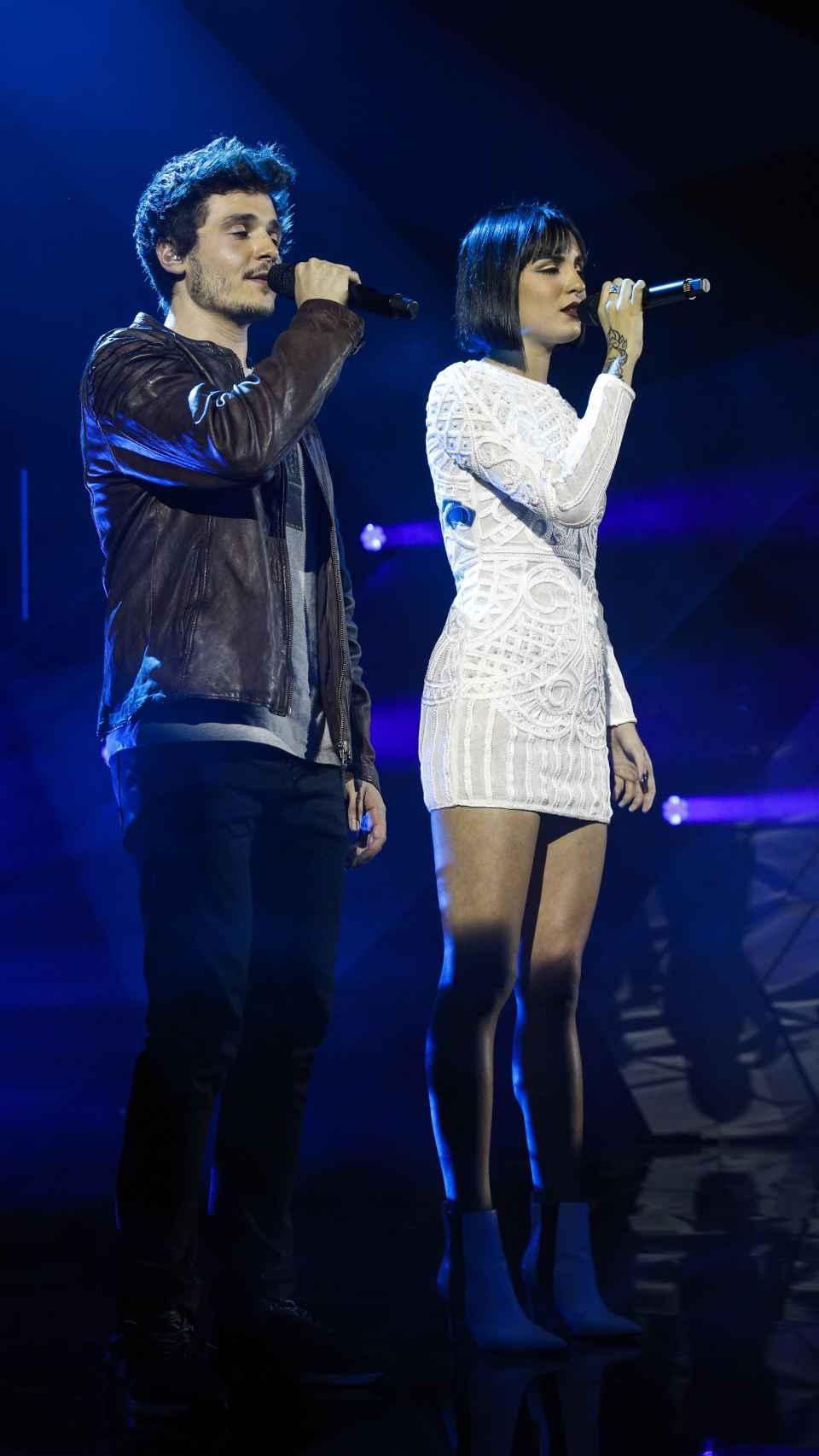 Miki y Natalia cantando.