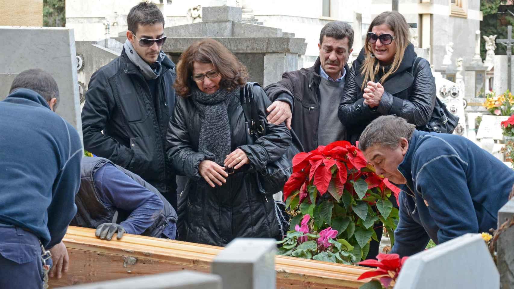 La familia Biondo en la exhumación del cadáver de Mario en 2013.