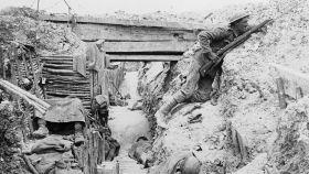 Un soldado británico de la Compañía A en una trinchera capturada a los alemanes durante la batalla del Somme.