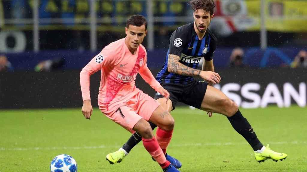 Coutinho pelea un balón en el partido de Champions contra el Inter de Milán