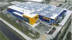 Imagen de una tienda Ikea con paneles solares instalados en su techo.