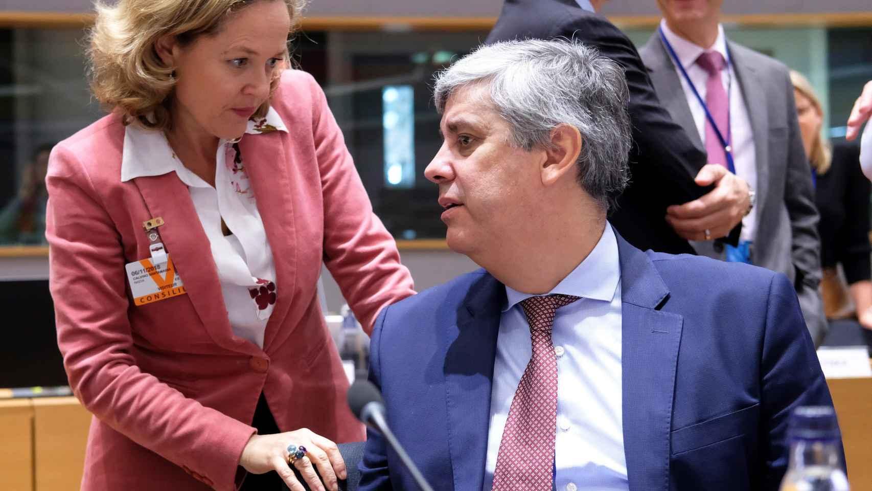 La ministra Calviño conversa con su homólogo portugués durante el Ecofin