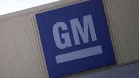 Logotipo de General Motors en una de sus fábricas.