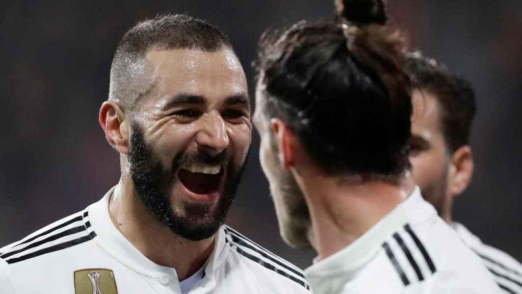 Benzema celebra un gol con Bale