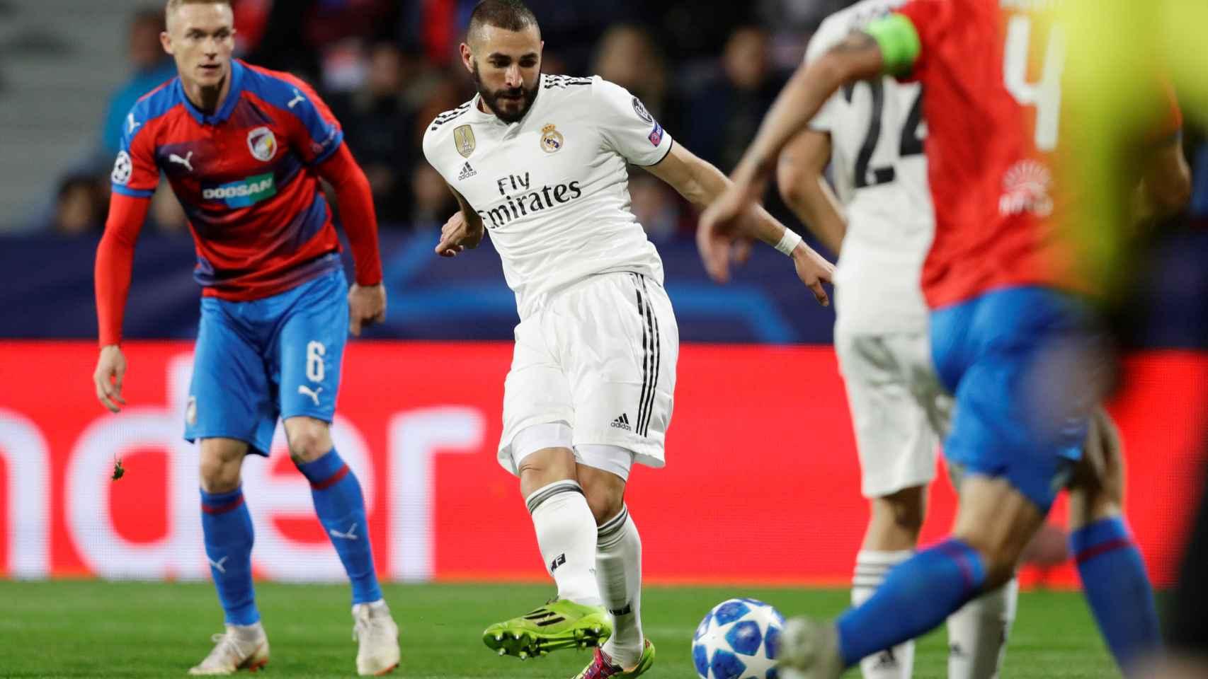Benzema remata a puerta en su primer tanto ante el Viktoria Pilsen