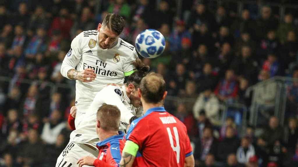 Sergio Ramos remata de cabeza un balón aéreo
