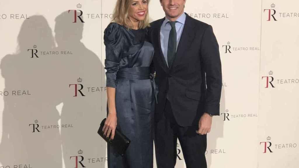 El presidente del PP, Pablo Casado, junto a su mujer, Isabel Torres Orts.
