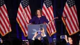 La demócrata Nancy Pelosi celebra la victoria de su partido en el Congreso de EEUU.