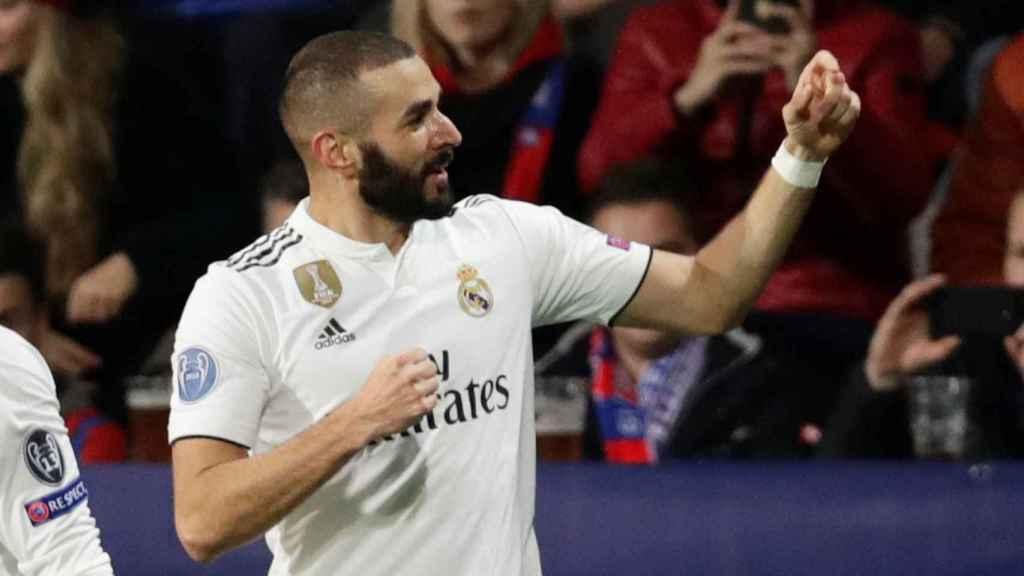 Karim Benzema celebra su gol ante el Viktoria Pilsen