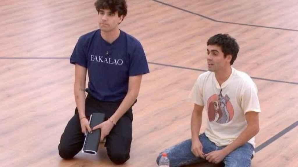 Los Javis durante una de sus clases.