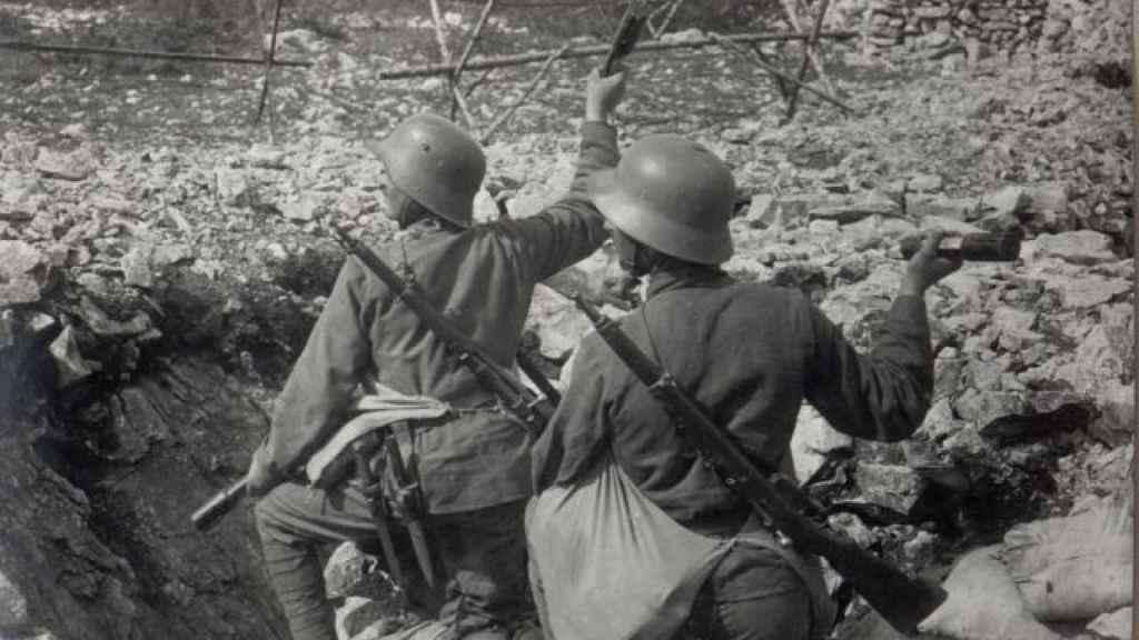 Un par de soldados alemanes tratan de avanzar en 1917 en el frente italiano.