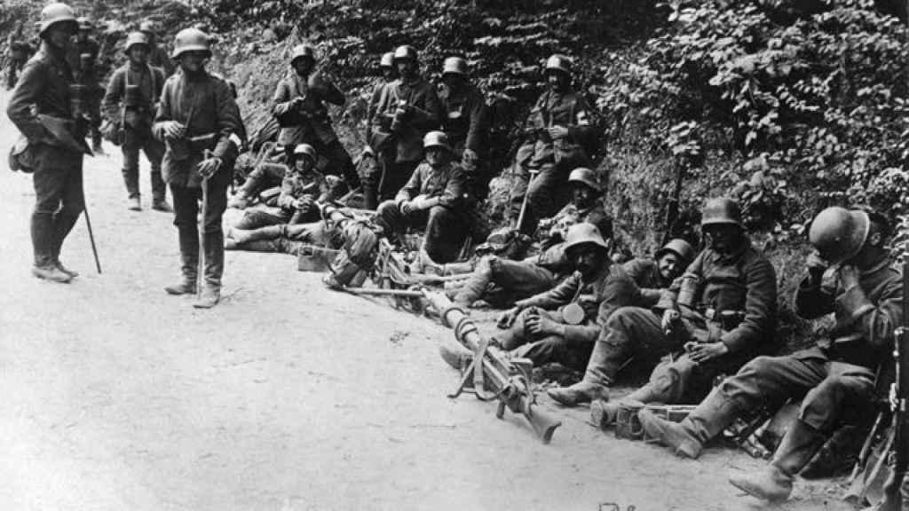 Una compañía alemana se toma un respiro durante la ofensiva para conquistar el monte Matajur.