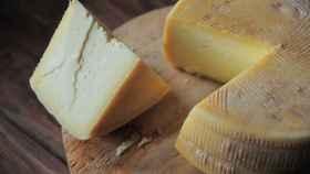 Una cuña de queso que acaba de ser cortada para deleite del personal.