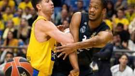 Randolph intenta un pase ante la defensa de su rival