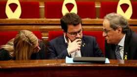 El presidente de la Generalitat, Quim Torra, conversa con su vicepresidente, Pere Aragones, y su portavoz, Elsa Artadi.