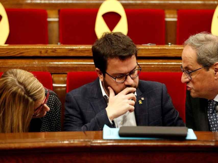 El presidente catalán Torra, junto al vicepresidente Aragonés y a Elsa Artadi, en el Parlament./