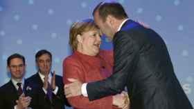 Merkel saluda a Manfred Weber tras su victoria en el congreso del PPE