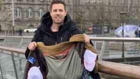 Lee Cimino, con la chaqueta con la que ha conseguido acceder al avión de Ryanair.