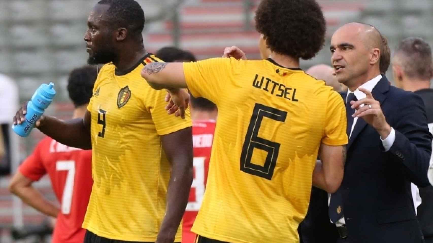 Witsel charla con Roberto Martínez durante un partido de Bélgica