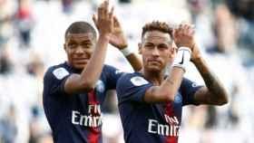 Neymar y Mbappé aplauden a las gradas tras un partido