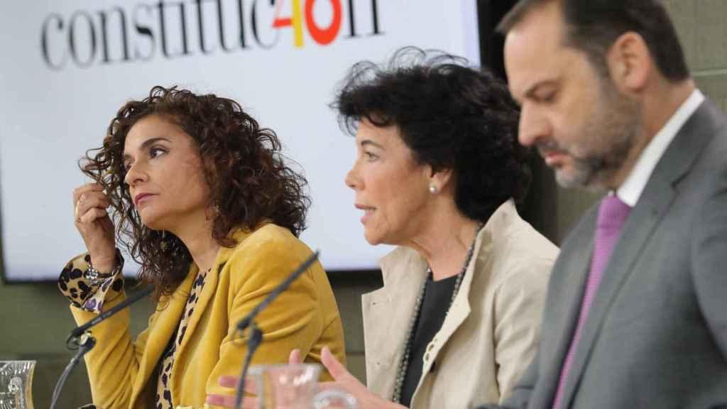 La ministra de Hacienda, Maria Jesus Montero; la portavoz del Gobierno, Isabel Celaá; y el ministro de Fomento, José Luis Ábalos.