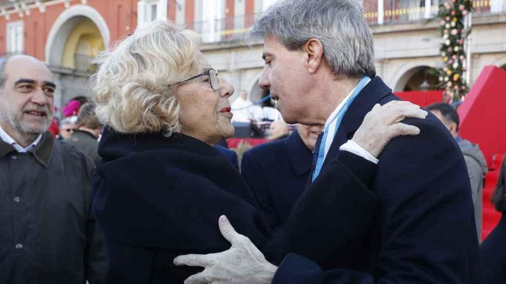 Manuela Carmena saluda a Ángel Garrido en la Plaza Mayor.