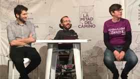 Pablo Echenique, entre Antonio Estañ y Pilar Lima, en Valencia.