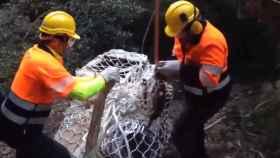 Captura del vídeo del rescate de las seis lavadoras de Zanussi en plenos Pirineos leridanos.