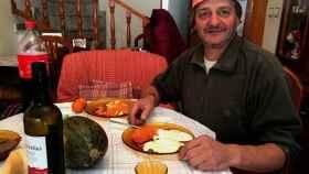 José María Ginés, de 53 años, es el único albañil de Portezuelo, el pueblo extremeño que registra la menor renta disponible por vecino y año en España.