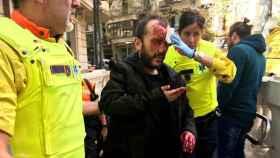 A.S.F., atendido por los servicios de emergencias tras ser empujado escaleras abajo en el Metro de Barcelona.