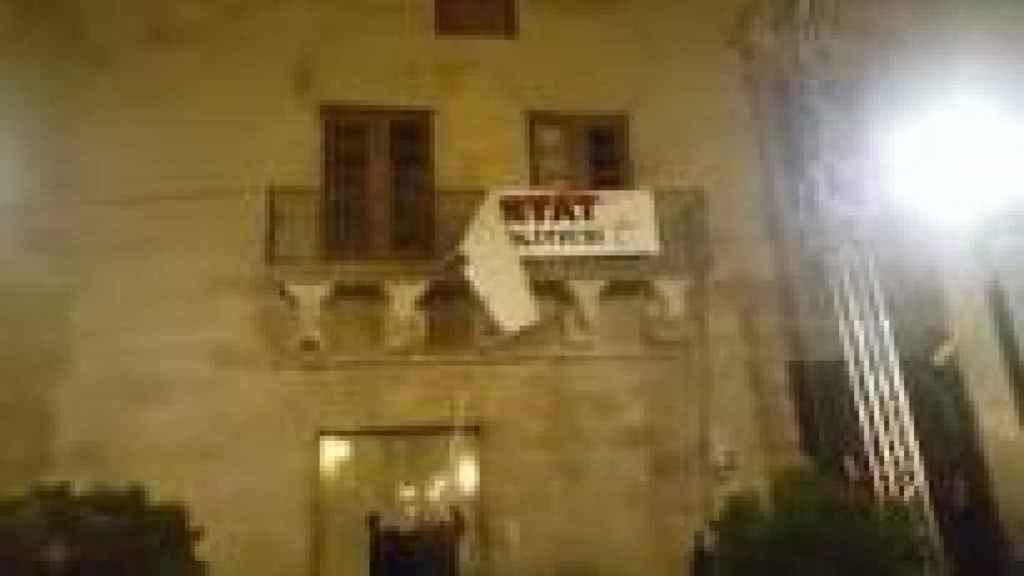 Momento en el que descuelgan la pancarta de apoyo a los políticos presos en Cervera. Foto: Twitter (@GROCANDLLOC)