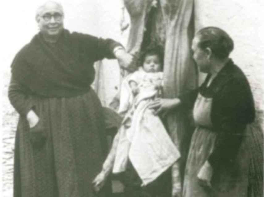 En algunas familias de Campo de Criptana (Ciudad Real), las abuelas invocaban así una vida llena de abundancias y venturas para el nieto, la que representaba un buen cerdo. Esta costumbre, extinta ya, fue captada por el fotógrafo del pueblo en 1956.