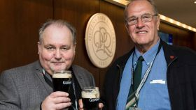 Nils Guy y John Wild pudieron tomarse esa cerveza que se habían prometido. Foto: Twitter (@QPR)