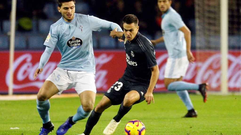Reguilón se lleva el balón ante el centrocampista turco del Celta Okay Yokuslu