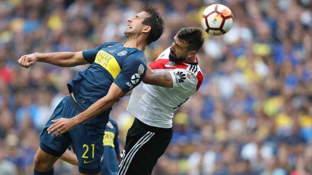 El jugador de River Plate Lucas Pratto disputa el balón Carlos Izquierdoz de Boca Juniors