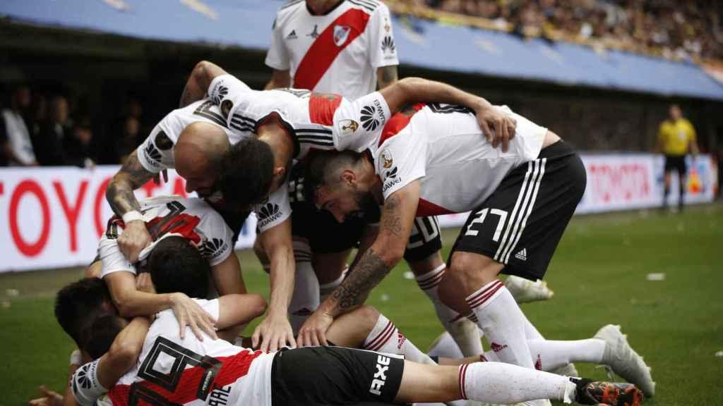 Jugadores de River Plate celebran el empate de su equipo