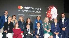En el Mastercard Innovation Forum, el premio Nobel Joseph Stiglitz y Paloma Real, directora general de Mastercard en España.