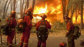 Varios bomberos sofocan un fuego en California