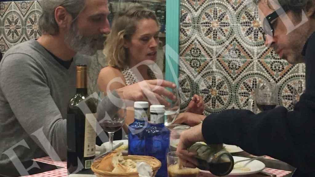 La pareja de actores con un amigo cenando en Barrutia y El  9.