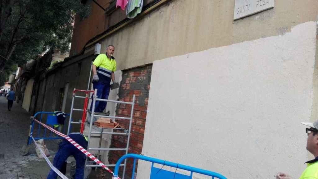 Uno de los operarios municipales, clausurando el inmueble. El olor era nauseabundo.