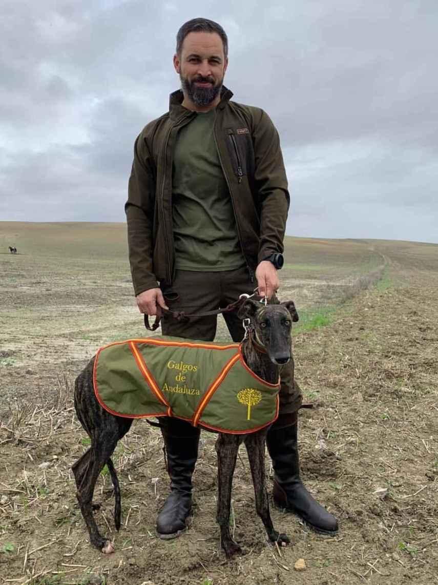 Abascal, con uno de los galgos que participó en la caza de liebre.