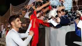 Marco Asensio atendiendo a aficionados en el entrenamiento de la Selección. Foto: sefutbol.com