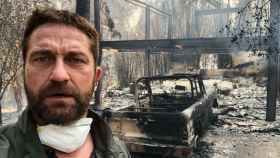 El actor Gerard Butler en lo que queda de su casa.